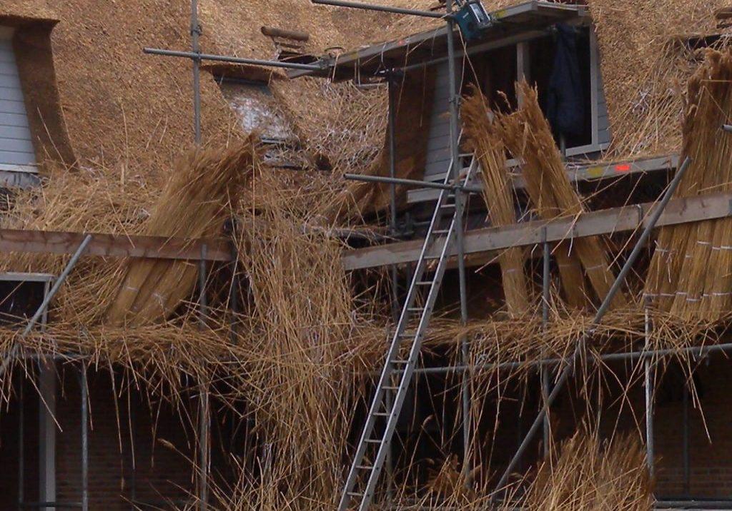 Rietafval wat vrij komt tijdens het opdekken van uw dak, vermengd met verpakkings- en stukken bindmateriaal. Samen met de overige bouwafvalmaterialen belandt dit in het afvalriet. Wat overblijft is een mengsel van puur riet vermengt met roestvrij binddraad, plastic, puin etc.